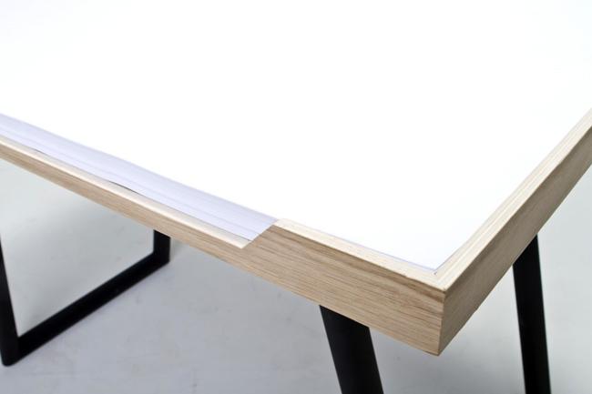 detalhe-da-my-desk-com-a-borda-em-madeira-segurando-as-folhas