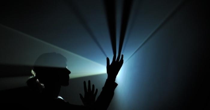 o-trabalho-eu-e-voce-horizontal-de-anthony-mccalls-e-uma-das-instacoes-ambientais-imersivas-da-exposicao-usando-um-projetor-de-video-uma-maquina-de-neblina-e-linguagem-de-codigos-de-1359630766734_956x500