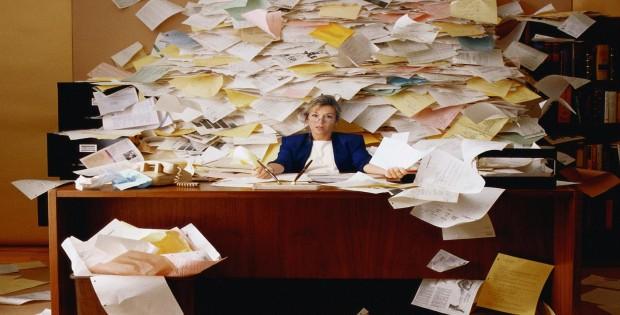 excesso-de-papeis-na-mesa-do-escritório-620x315