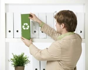 homem-no-escritorio-reciclagem-300x237