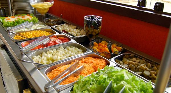 Foto de buffet e cubas com comida