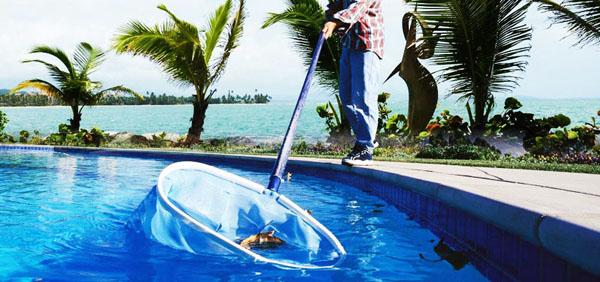 homem-limpando-uma-piscina-com-a-coadeira (1)