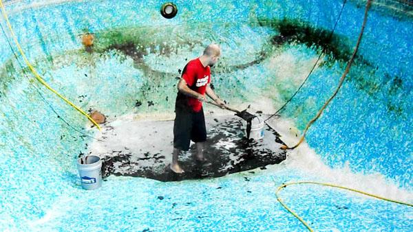 homem-limpando-uma-piscina-de-vinl (1)