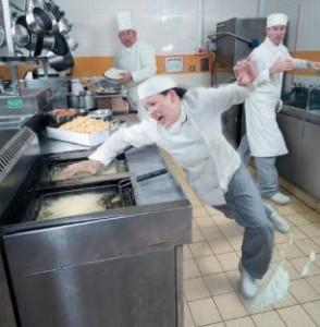 Trabalhador escorregando no chão da cozinha industrial
