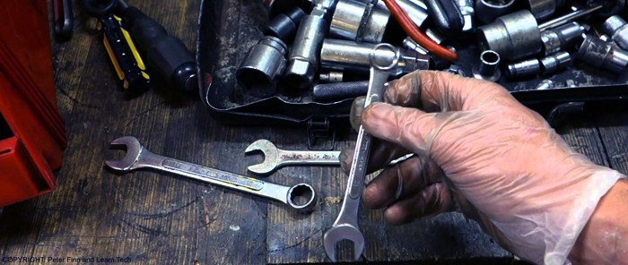 Um homem escolhendo qual ferramenta usar